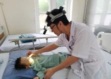 Nhỏ nhầm axit vào mũi khiến con trai bỏng nặng